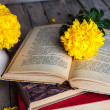 Flowers. Beautiful yellow chrysanthemum in a vintage vase. Cup of coffee. Bright Servais, cup and saucer .. Beautiful breakfast.Old books on a wooden background. — Stock Photo #58664635