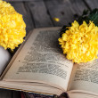 Flowers. Beautiful yellow chrysanthemum in a vintage vase. Cup of coffee. Bright Servais, cup and saucer .. Beautiful breakfast.Old books on a wooden background. — Stock Photo #58664675