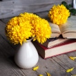 Flowers. Beautiful yellow chrysanthemum in a vintage vase. Cup of coffee. Bright Servais, cup and saucer .. Beautiful breakfast.Old books on a wooden background. — Stock Photo #58664697