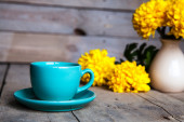 Flowers. Beautiful yellow chrysanthemum in a vintage vase. Cup of coffee. Bright Servais, cup and saucer .. Beautiful breakfast. — 图库照片