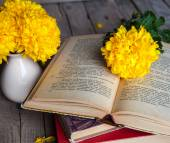 Flowers. Beautiful yellow chrysanthemum in a vintage vase. Cup of coffee. Bright Servais, cup and saucer .. Beautiful breakfast.Old books on a wooden background. — Stock Photo