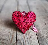 红色的心形木背景上。情人节那天,一天的迷恋 — 图库照片