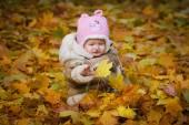 Barnet sitter i den gula bladen — Stockfoto
