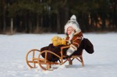 The child sits on a sled — Stock Photo