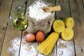 Pasta und Zutaten für Pasta auf einem rustikalen Holztisch — Stockfoto