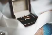 Gold wedding rings in a box — Stock Photo