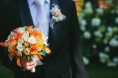Groom is holding bridal bouquet — Stock Photo