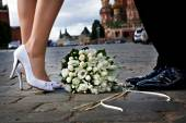 Bride and groom on the Red Square in Moscow. Wedding in Moscow — Stock Photo