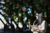 Girl student electronic tablet in the park — ストック写真