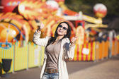 Young happy girl rejoices in the park — Stockfoto