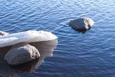 Biały śnieg i lód w wodzie — Zdjęcie stockowe