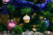 Christmas ball in shape of muffin on Christmas tree. Shallow de — Stock Photo