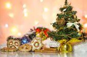 Tema de Navidad de galletas, bolas de Navidad y decoraciones. — Foto de Stock