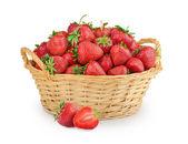 Fresas en una cesta aislado — Foto de Stock