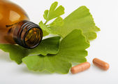 Ginkgo biloba leaves and medicine bottles with pills — Foto Stock