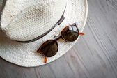 Straw hat and sunglasses — Stock Photo