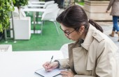 Brunette woman working outdoors — 图库照片