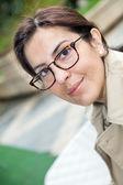Brunette vrouw met glazen — Stockfoto