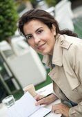Brunette woman working outdoors — Stockfoto