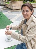 Brunette woman drinking a cofee — Stockfoto