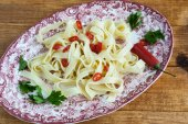 Fettuccini  Italian pasta with parsley and hot peppers — Stock Photo