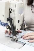 Industriella symaskiner med symaskin operatör — Stockfoto