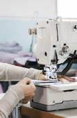 Máquinas de costura industriais com operador de máquina de costura — Fotografia Stock