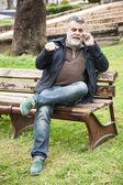 Attractive bearded man talking on phone — Stock fotografie