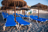 Parasole i leżaki na plaży — Zdjęcie stockowe