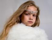 Portret van een meisje in een witte cape en tiara — Stockfoto