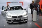 BMW 55od xDrive. Metalic color. Women from BMW team Adrenalin — Stock Photo