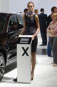 BMW X4 xDrive35d. Broun color. Women from BMW team Moscow International Automobile Salon Look — Stockfoto