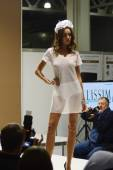 Moscow Traffic 5th International Exhibition of underwear, beachwear, home wear and hosiery Lingrie Expo Young beautiful brunette woman in a white nightgown — Stock Photo
