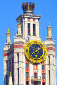 Watches The building of Lomonosov Moscow State University Blue sky — Stock Photo