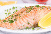 Steamed salmon with fresh herbs and lemon. Rice as a garnish — Stock fotografie