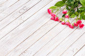 Red roses on wooden backround. Copy space — Stock Photo