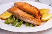 Broiled Salmon and Asparagus — Stock Photo