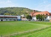 Campo de fútbol junto a una escuela primaria, la ciudad de Tokaj, Hungría — Foto de Stock