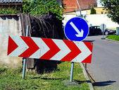 Дорожные барьеры при пересечении дороги — Стоковое фото