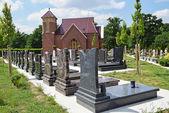 Náhrobky a kaple na hřbitově — Stock fotografie