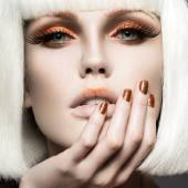 Beautiful girl in a white wig, with gold makeup and nails. Celebratory image. Beauty face. — Stock Photo