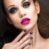 Красивая девушка в кожаной куртке с яркий макияж и маникюр «кошачий глаз». Салон красоты лица. Дизайн ногтей. — Стоковое фото