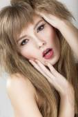Modèle lumineux belle fille émotionnelle avec les lèvres colorés. Visage beauté. — Photo