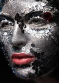 Meisje met glitter en steentjes op haar gezicht. Schoonheid close-up. — Stockfoto