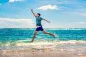 Plajda eğlenmek adam — Stok fotoğraf