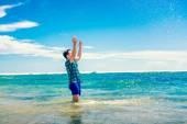 Eğlenceli suda sahilde olan adam — Stok fotoğraf