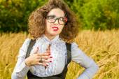 Woman in glasses posing on nature — Stockfoto