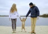 Kille, flicka och hund — Stockfoto