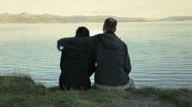 Couple sit by Lake Yellowstone — Stock Video