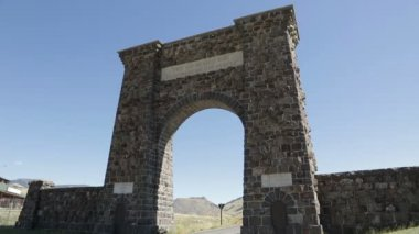 Historic archway to Yellowstone National Park — Stock Video